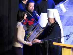 Митрополит Симферопольский и Крымский Лазарь вручает грамоты