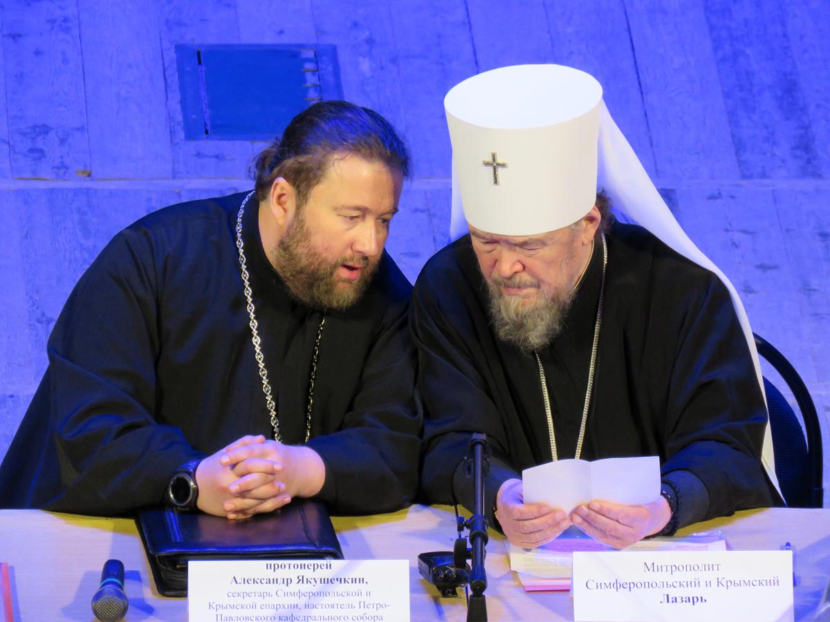 Секретарь Симферопольской и Крымской епархии протоиерей Александр Якушечкин и владыка Лазарь