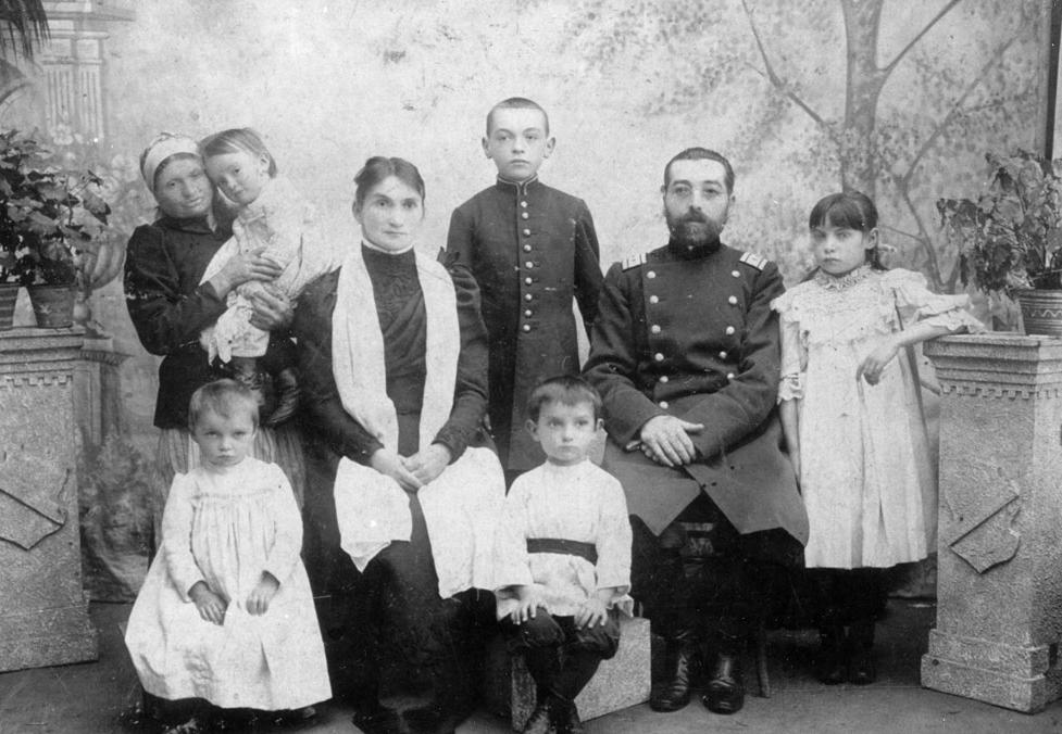 Семейная фотография. Дмитрий Тяпочкин сидит в центре.